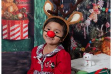 christmas mini session with rudolph the red nose reindeer style photos